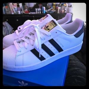 Im selling a brand new pair of Adidas womens hoes